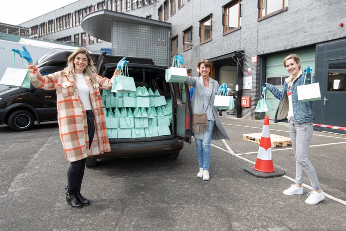 Loes Rothengatter van Schoonheid Instituut Loëlle in Deventer levert vierhonderd tasjes af voor medewerkers die direct met corona zorg te maken hebben. Op de foto vlnr Amanda, Loes en Anne.