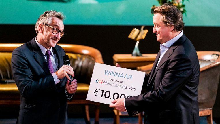 Schrijver Martin Michael Driessen (R) krijgt uit handen van Peter Vandermeersch, NRC-hoofdredacteur, de lezersprijs uitgereikt. Beeld anp