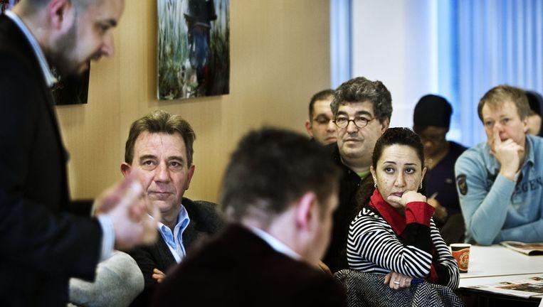 Toenmalig stadsdeelvoorzitter Ahmed Marcouch spreekt hulpverleners van het Acht tot achtproject toe in Slotervaart. Beeld Patrick Post