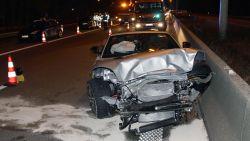 Jaguar slingert roekeloos over E313 en knalt tegen personenwagen, bestuurders plegen vluchtmisdrijf