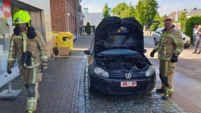 Motor van auto brandt uit in centrum van Westerlo