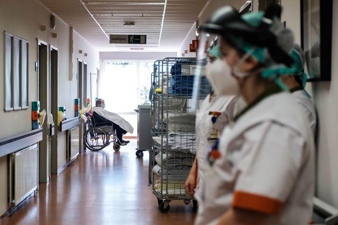 Dokters en verplegers stellen alles in het werk om de coronacrisis de baas te blijven in het Hasseltse Jessa Ziekenhuis.