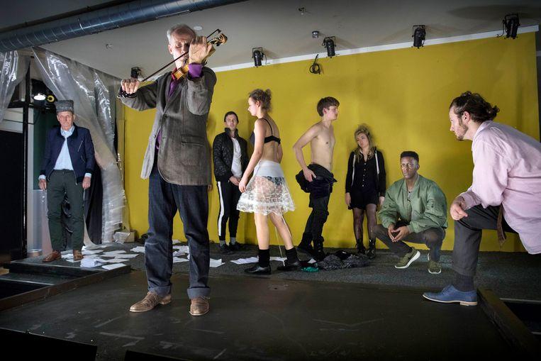 Mooi Weer & Zo speelt 'Don Carlos'. 'We bieden heel goed repertoire, geen entertainment.' Beeld Werry Crone