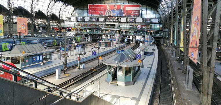 Het uitgestorven treinstation van Hamburg.  Beeld Getty Images