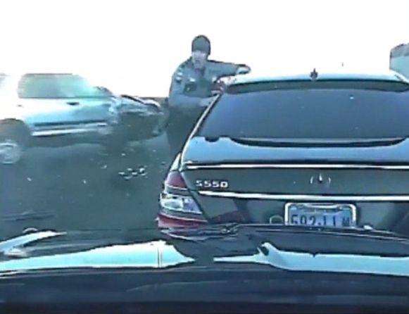 De agent kon net op tijd wegspringen voor de roekeloze chauffeur die plots in de flank van zijn auto reed.
