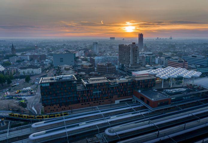 Het bollendak bij Utrecht centraal, muziekpaleis TivoliVredenburg, de Dom en de Neudeflat; Jasper en Sietske zien het allemaal dagelijks vanuit hun gloednieuwe woonappartement in De Syp.
