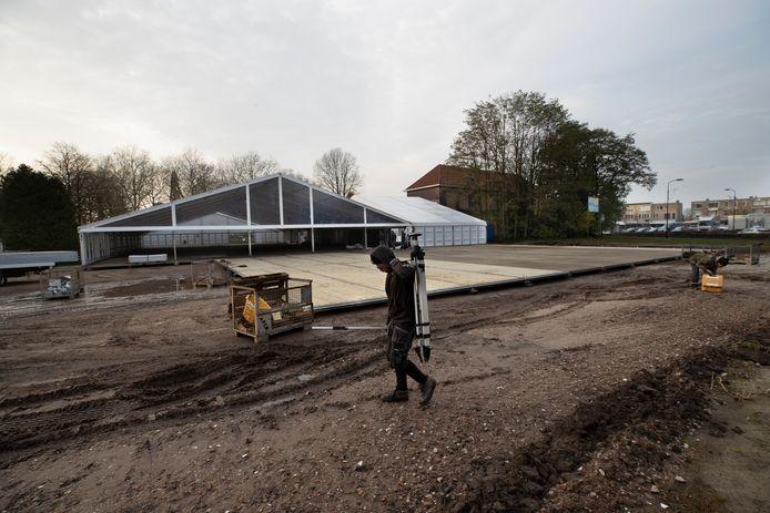 De opbouw van de schaatsbaan in Reusel.