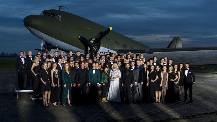 Een groepsfoto van huidige en voormalige castleden tijdens het 5-jarig jubileum van de musical Soldaat van Oranje. Beeld anp