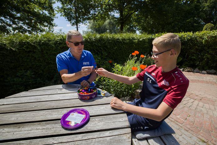 'Voetbalopa' Frits Letschert en zijn kleinzoon Sam.