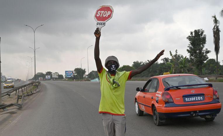 Een man draagt een mondkapje om besmetting met het coronavirus te voorkomen.  Beeld AFP