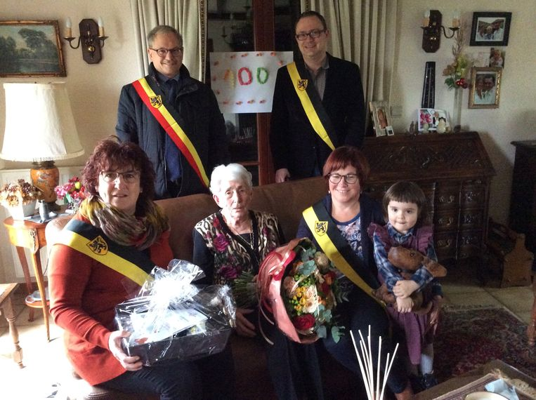 Eeuwelinge Denise Mason kreeg bezoek van een delegatie van het gemeentebestuur