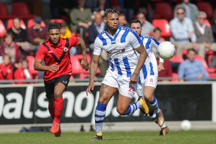 Shuremy Felomina (29), hier in actie tegen AFC, begint volgend seizoen aan zijn tweede jaar bij FC Lienden. Ook Abdel Metalsi (achtergrond) heeft zijn contract op De Abdijhof verlengd.