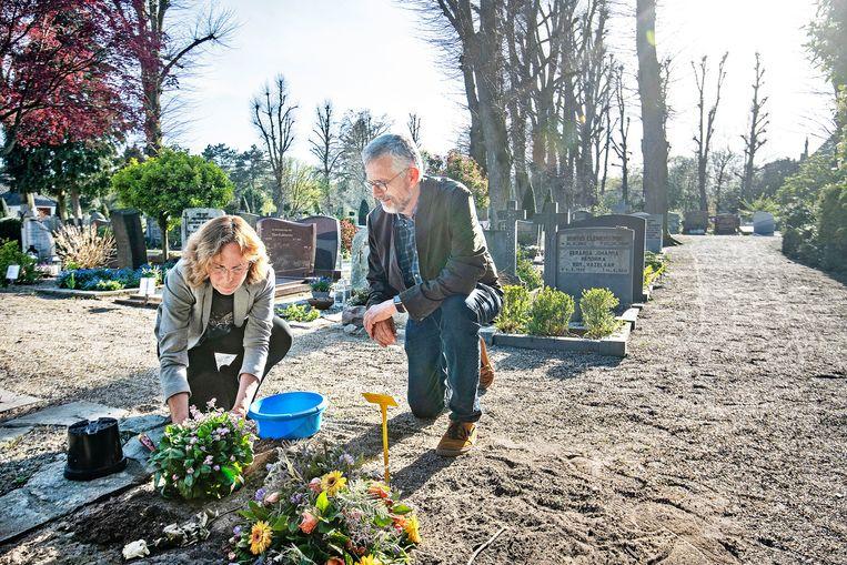 Bea en Hans Schaapherder bij het graf van hun vader in Laren. Beeld Guus Dubbelman / de Volkskrant
