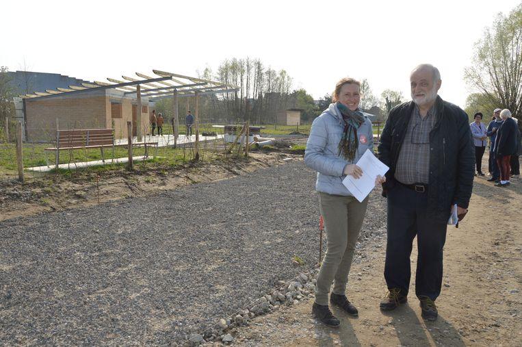 Geïnteresseerden krijgen een woordje uitleg over de volkstuinen tijdens de Open Werfdag op het volkstuinencomplex Graafland.