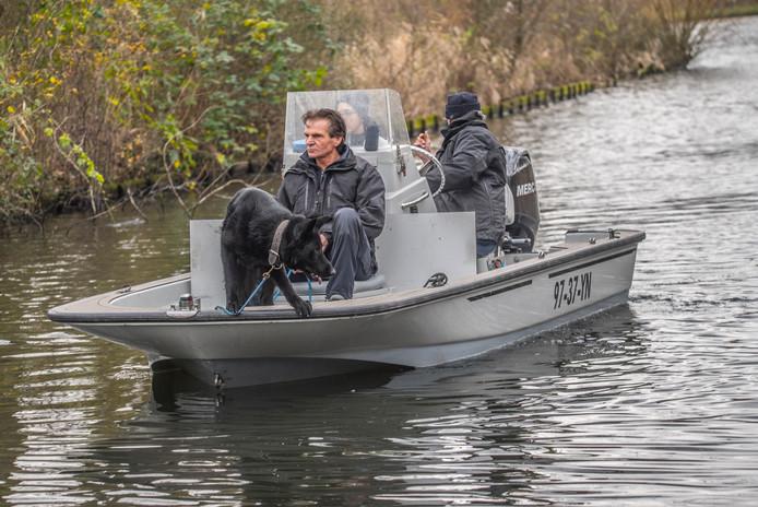 Beeld van de politie met speurhond tijdens een eerdere zoekactie in Delft.