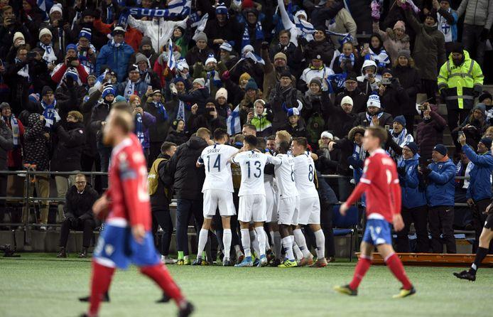 Finland viert de 2-0 in de verlossende 3-0 zege tegen Liechtenstein. Daarmee kwalificeert PEC Zwolle-verdediger Thomas Lam zich met zijn moederland voor het eerst voor een EK.