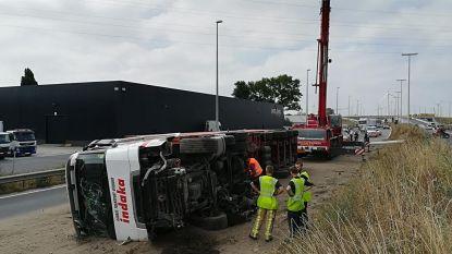 Truck kantelt op Kennedylaan