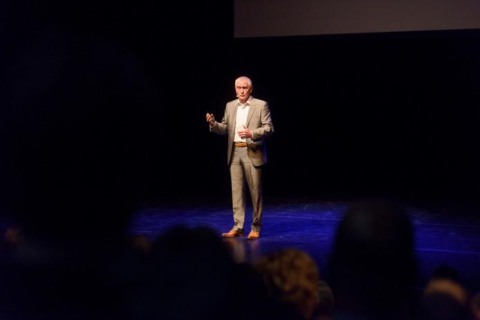 Peter van Uhm, voormalig Commandant der Strijdkrachten, spreekt in het Speelhuis.