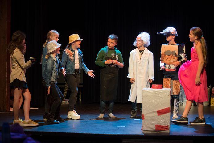 Repetitie van de eindmusical van basisschool De Klepper in theater Heerenlogement.