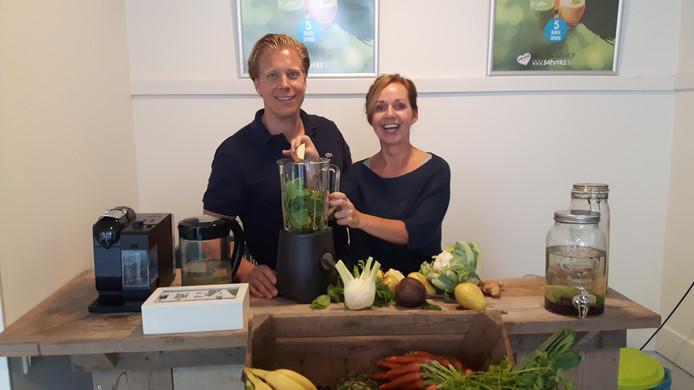 Jan-Willem van Kempen en Sandra van Nunen blenden verse groenten, fruit, kruiden en specerijen.