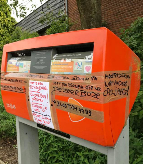 Boze oudere bekladt brievenbus die gaat verdwijnen in Nijkerk