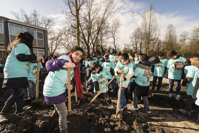 Leerlingen van zes Rotterdamse scholen kregen vandaag groene vingers.