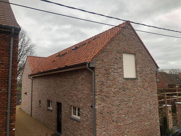 In Breebijl waaiden de dakpannen van een woning weg.