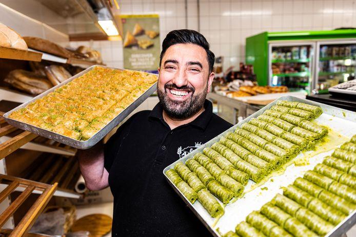 Necati Özkül van Turkse bakker en eethuis Ak Al met verse baklava voor het suikerfeest.