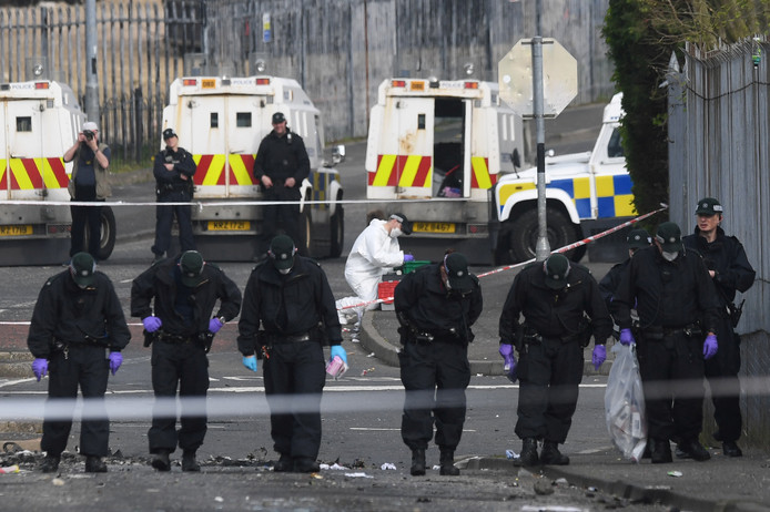 Agenten in de straten van Londonderry zoeken naar sporen.