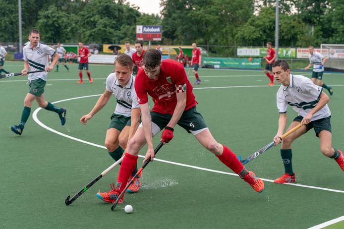 Aanvoerder Wessel van Kruisbergen van Civicum schermt de bal af tegen Bemmel, eerder dit seizoen in de derde klasse.