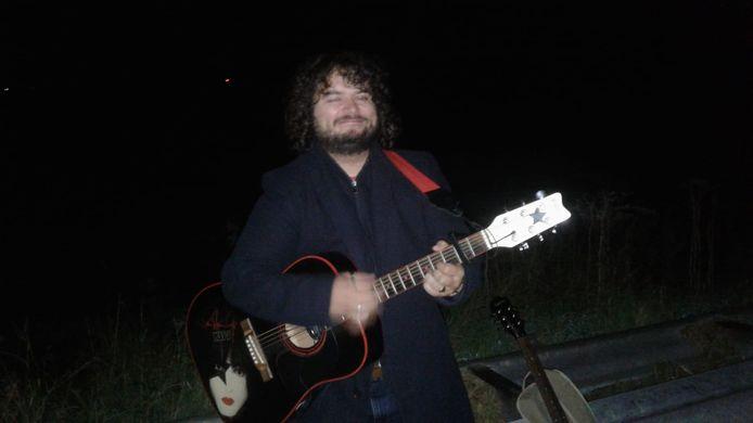 Gitarist Sjoerd van de Lest speelt midden in de nacht voor de lopers van De 80.