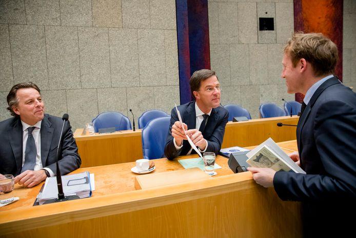 Minister Bert Koenders van Buitenlandse Zaken, Premier Mark Rutte en Kees Verhoeven (D66) in de Tweede Kamer tijdens het debat over de aanpassing van het Oekraineverdrag.