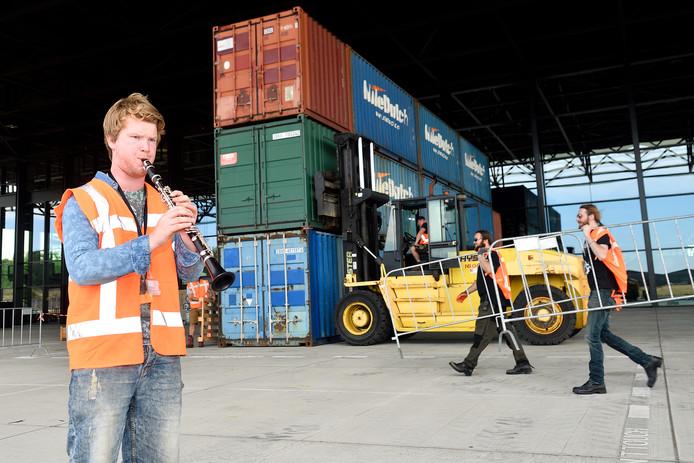 Robin Schot oefent vast tussen de 87 zeecontainers die straks het decor vormen voor Thijl.