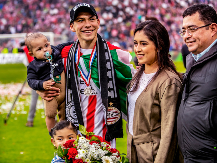 De Mexicaan viert het kampioenschap in 2018 met zijn vrouw en kinderen.