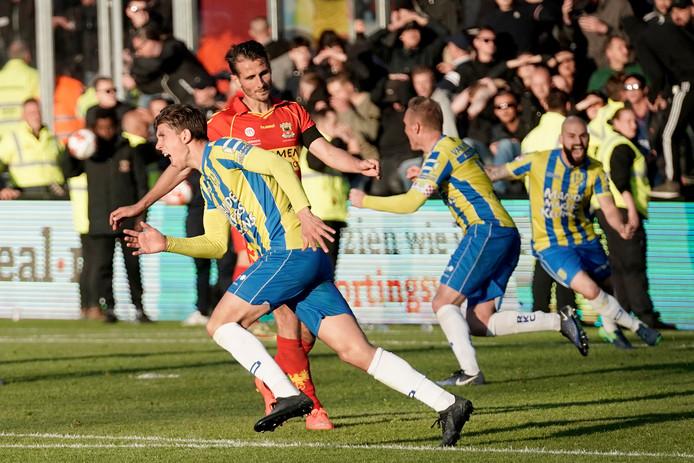 Dolle vreugde bij Stijn Spierings en zijn teamgenoten na de bevrijdende 4-4 tegen Go Ahead Eagles.