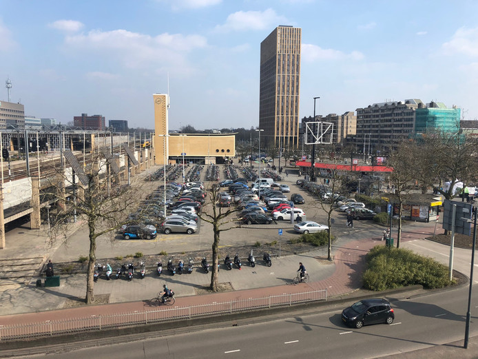 Het Stationsplein in Eindhoven, gezien vanaf de Bijenkorf, wordt herontwikkeld tot District E.