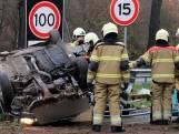 Auto belandt op z'n kop langs snelweg in Heesch