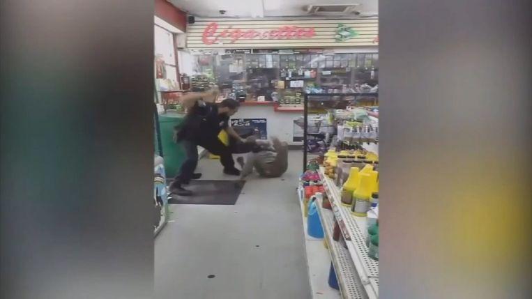 Agent slaat dakloze vrouw.