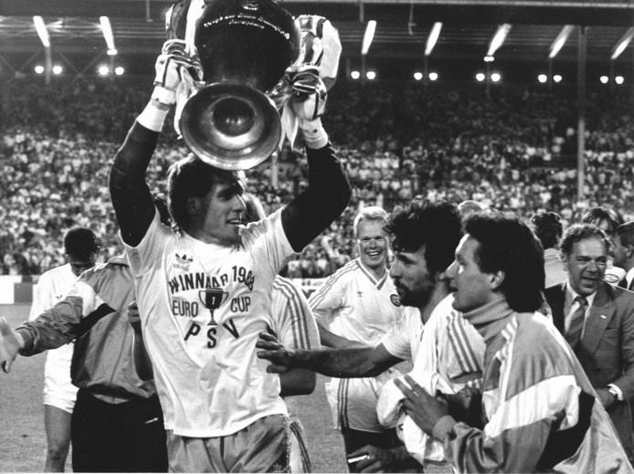 Hans van Breukelen doelman van PSV houdt de Europa Cup vast tijdens de vreugde van de gewonnen finale tegen Benfica in 1988.