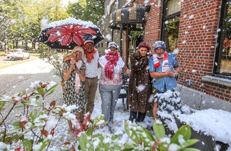 Rosemary Peel, Eddie Van Maele, Laurette Stevens, Evelien Vantroys en Tony Decruyenaere met paraplu, mutsen en dikke sjaals. Evelien had zelfs een bontjas aan.