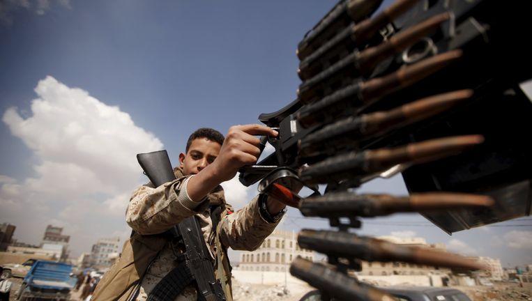 Een jonge Houthi-rebel bedient een machinegeweer. Beeld reuters