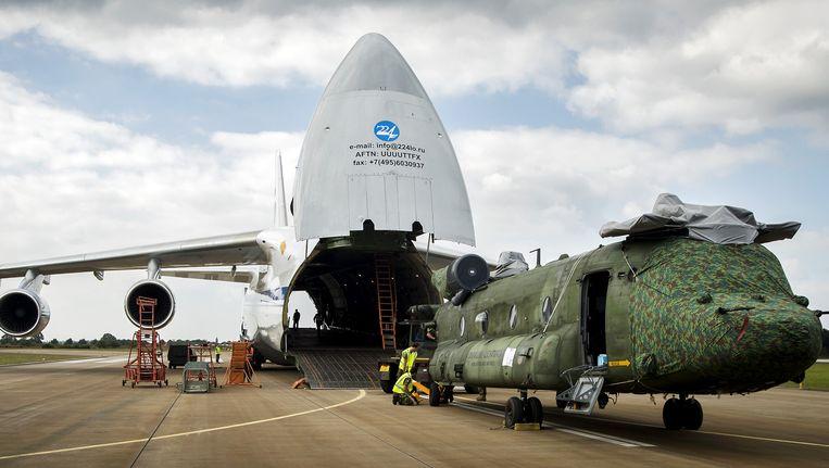 Een Chinook-transporthelikopter van de Nederlandse luchtmacht, op vliegbasis Gilze Rijen, wordt ingeladen in een Antonov 124-transportvliegtuig voor de missie in Mali. Beeld ANP/ Remko de Waal / ANP