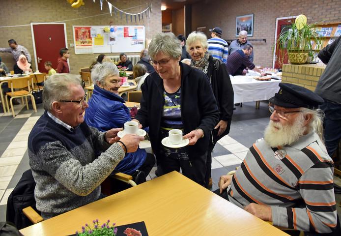 Vrijwilligers Jo van Dijk (links) en Jerome de Loos krijgen koffie op de nieuwjaarsreceptie van De Melkkan.