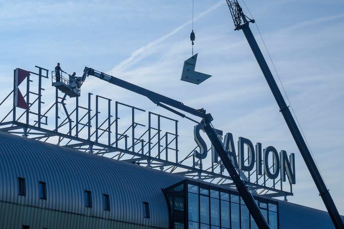 De werkzaamheden voor de vervanging van de naam boven op het dak van het ADO Den Haag stadion zijn vandaag begonnen.