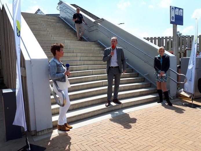 Wethouder Dorus Klomberg (D66) spreekt de aanwezigen toe.