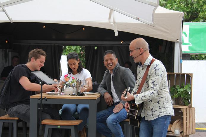 Jeroen Princen vermaakt het publiek met zijn optreden en heeft er zelf ook lol in.