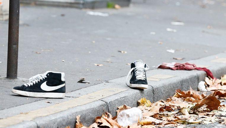 Twee schoenen en een met bloed doordrenkt kledingstuk op de stoep voor de concerthal Bataclan. Beeld epa