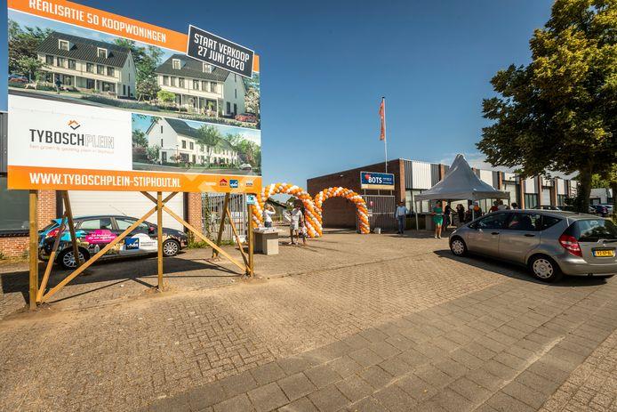 Met een drive thru is zaterdag de verkoop gestart van vijftig nieuwe woningen op het Tyboschplein en Rootakkers, de voormalige werf van bouwbedrijf Adriaans in Stiphout.