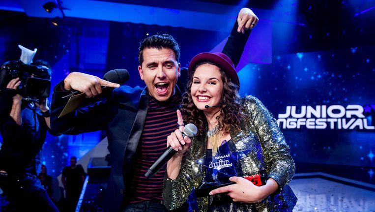 Winnaar Shalisa met Jan Smit tijdens de finale van het Junior Songfestival uitgezonden door de NPO. Beeld anp