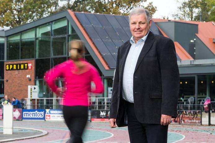 """Johan de Koning op de atletiekbaan van AV Sprint: """"Het geeft wel een heel goed gevoel, dat voor de sportredactie van BN DeStem ook de motivaties van de stemmers meespeelden en dat er daarom voor mij gekozen is."""" foto rené schotanus/pix4profs"""